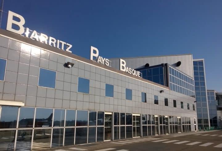 Les files d'attente au poste de contrôle de sûreté à l'aéroport